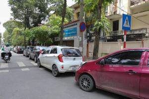 Ở Hà Nội, việc đỗ ôtô hàng dài trước các cửa hàng, hè phố gây cản trở buôn bán nên thường xảy ra nhiều vụ cự cãi nhau - Ảnh: VIỆT DŨNG